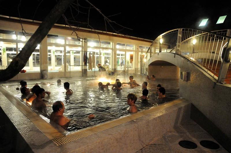 Éjszakai fürdőzők Mórahalmon.