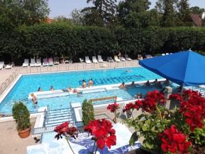 A szálloda kültéri medencéje.