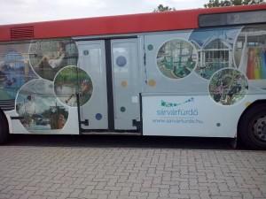 Felmatricázott busz (Fotó: a Sárvári Fürdő Facebook oldala)