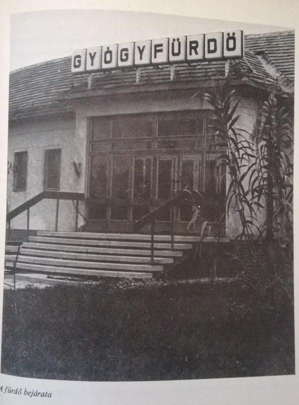 A gyógyfürdő bejárata egy 1970-es útikönyvben