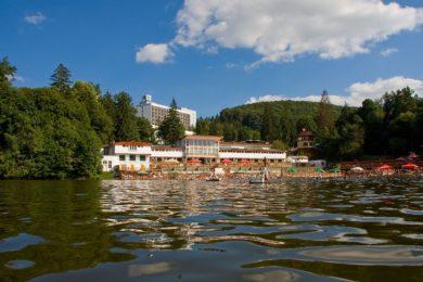Nyitva a Medve-tó: másfél méteren 38 Celsius-fokos