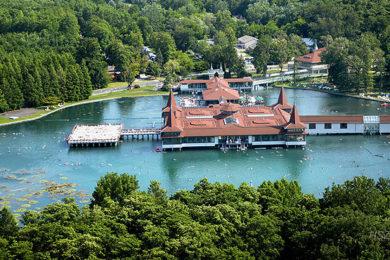 Hévízi-tó: mitől olyan különleges?