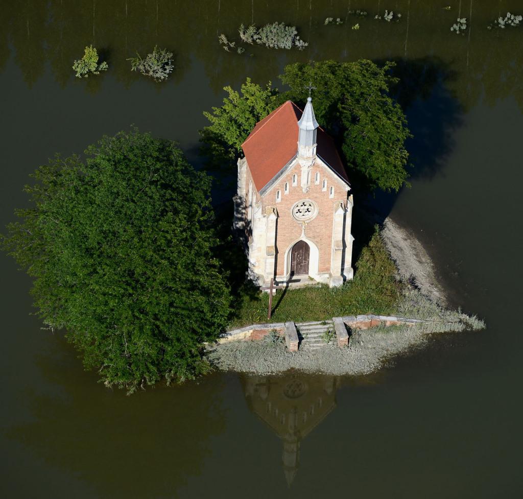 Lórév határában a Zichy kápolna a víz fogságában