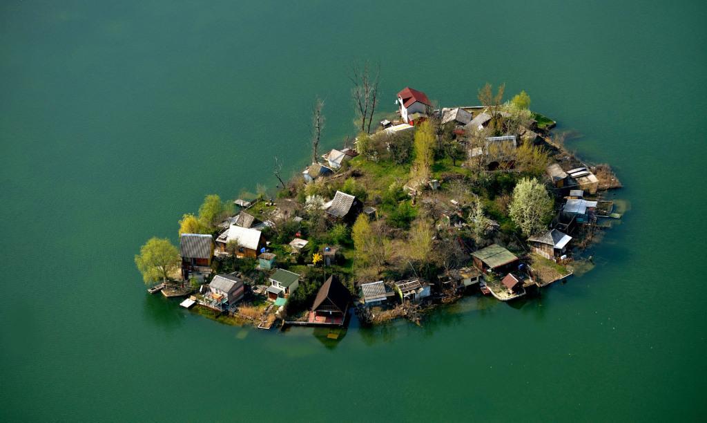 Bányató és szigete Csepel közelében