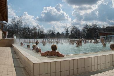 Ezért kell most a fürdők kültéri medencéit választani: D-vitamin