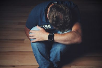 Nyilalló fájdalom a térdben: mi okozza?