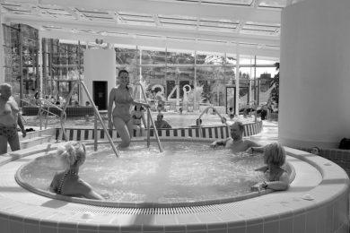 Fürdők: kedvezményes napok és éjszakai fürdőzések a héten