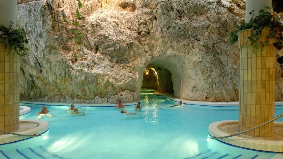 Barlangfürdő fürdőcsarnok Miskolctapolca