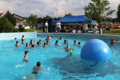 Új medencét kapott születésnapjára a ceglédi fürdő