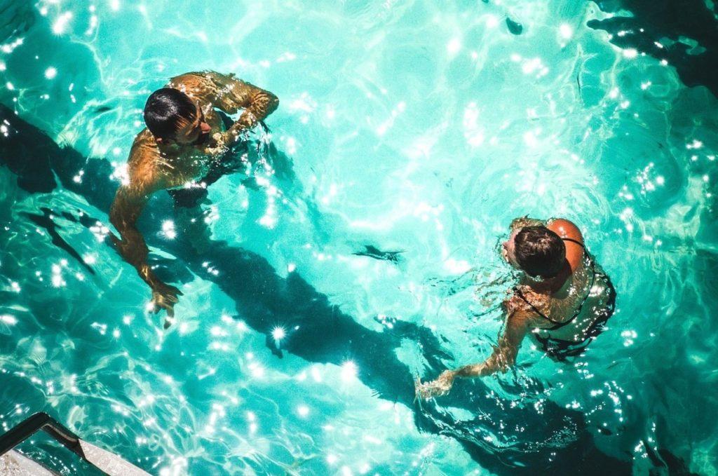 medence víz torokfájás