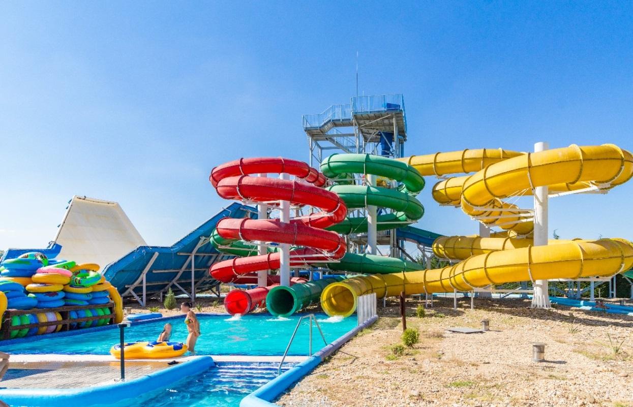 Cegléd aquapark csúszdapark