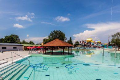Megnyitották az Aquacinema fürdő és csúszdaparkot