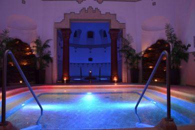 Megyei kedvezmények és salsás éjszakai fürdőzés