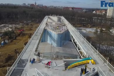 Már az üveghomlokzata is elkészült az Aquaticum strandfürdőnek