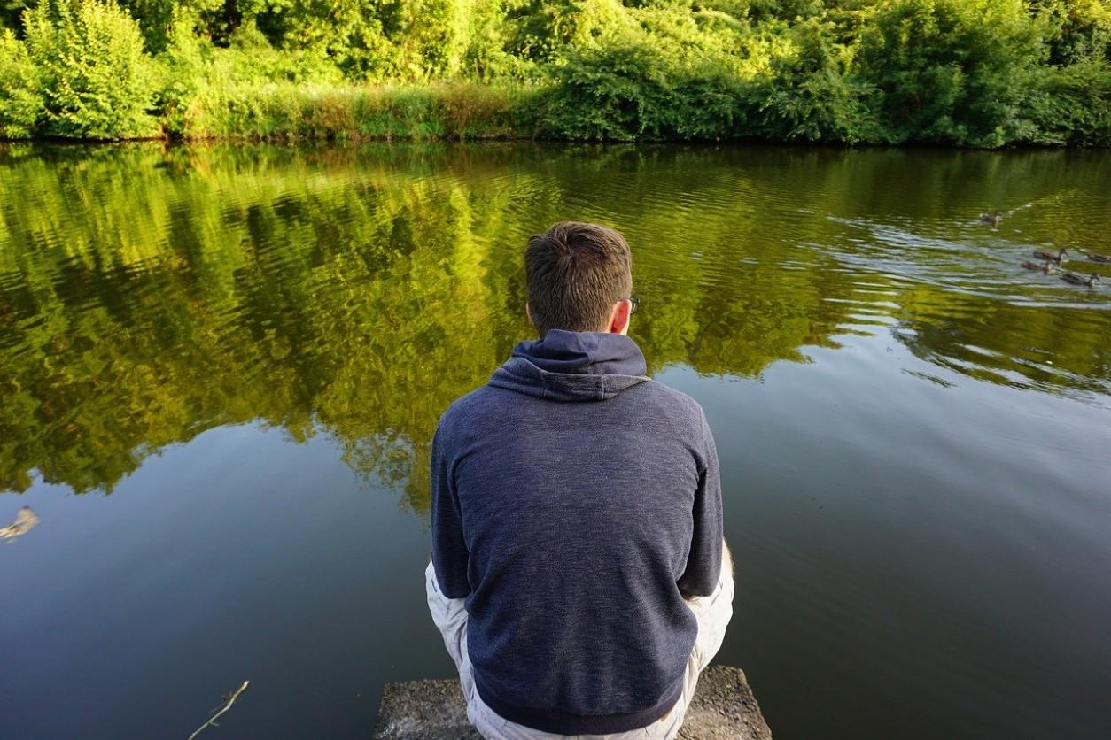 pilonidiális ciszta ülő férfi