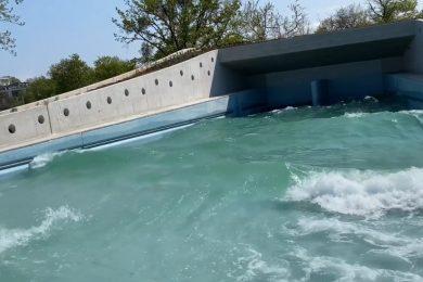 Már hömpölyög a víz az Aquaticum strand hullámmedencéjében