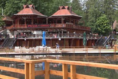 Két méteren már 37 Celsius-fokos a Medve-tó
