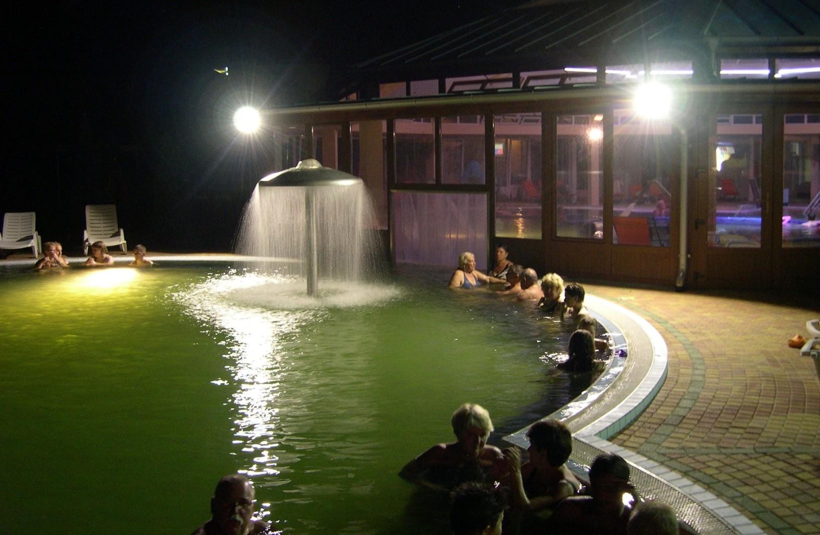 Pusztaszentlászló termálfürdő éjszakai fürdőzés