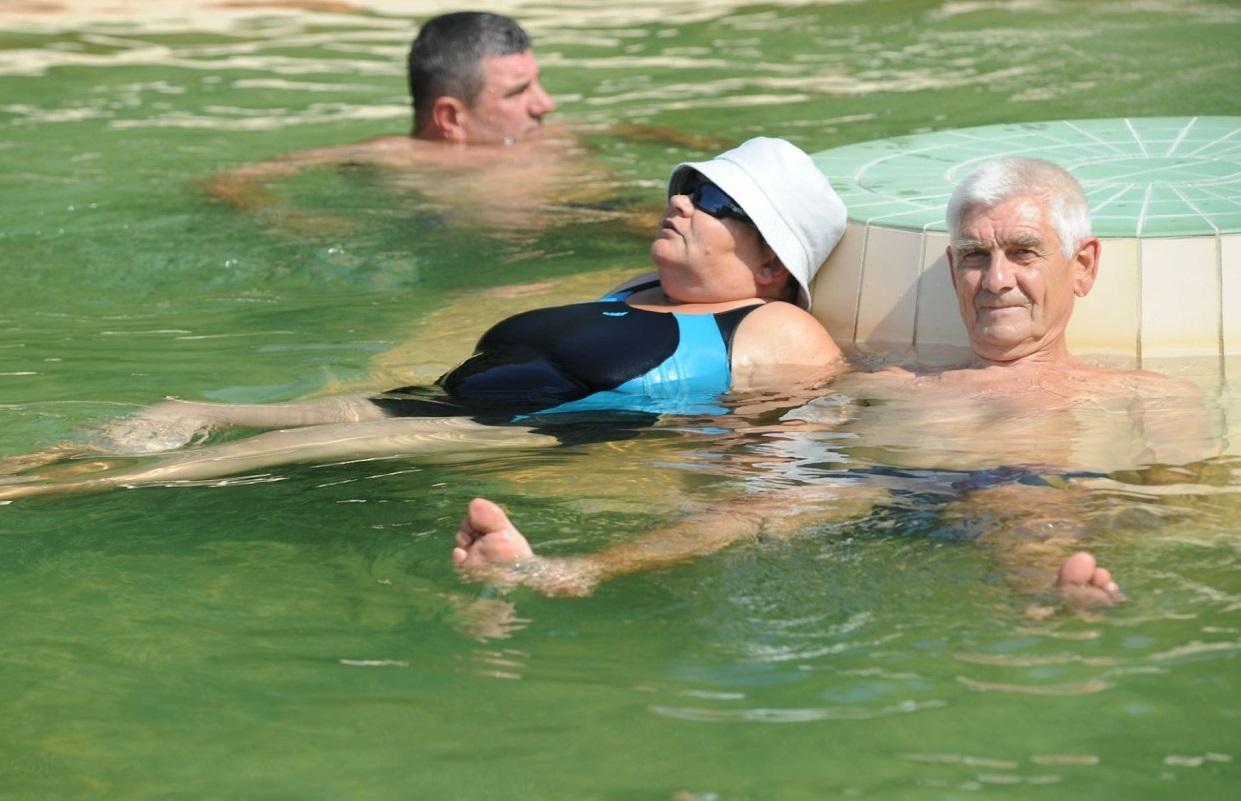 Hatvan medence fürdőzők