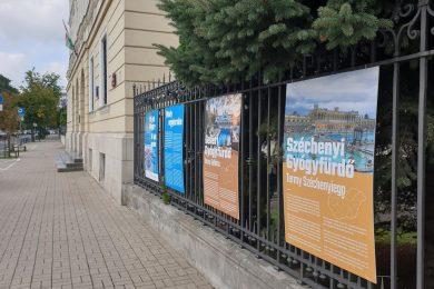 Magyar fürdők veszik körbe Varsóban a nagykövetséget